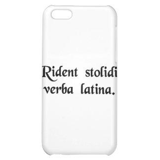 Los tontos se ríen de la lengua latina