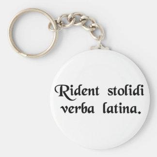 Los tontos se ríen de la lengua latina llavero redondo tipo pin