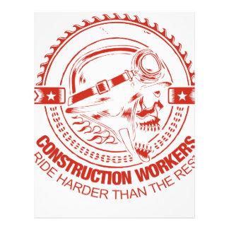 Los trabajadores de construcción montan más membrete