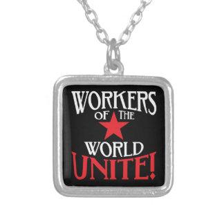 ¡Los trabajadores del mundo unen! Lema marxista Collar Plateado