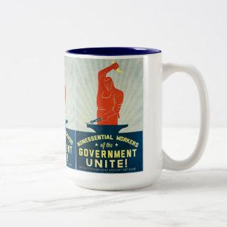 Los trabajadores no esenciales del gobierno unen taza de café