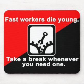 los trabajadores rápidos mueren mousepad joven