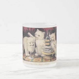 Los tres gatitos codiciosos en el curtidor Ives de Taza De Café