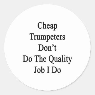 Los trompetistas baratos no hacen el trabajo de la etiquetas redondas