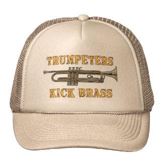 Los trompetistas golpean el gorra con el pie de co