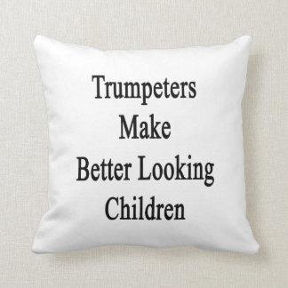 Los trompetistas hacen a niños más apuestos cojin