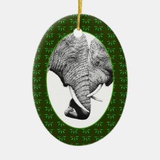 Los troncos de los elefantes africanos adorno navideño ovalado de cerámica