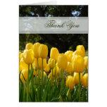 Los tulipanes amarillos le agradecen cardar tarjetón