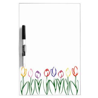 Los tulipanes coloridos secan al tablero del borra tablero blanco