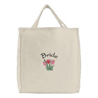 Los tulipanes de la novia bordaron la bolsa de asa