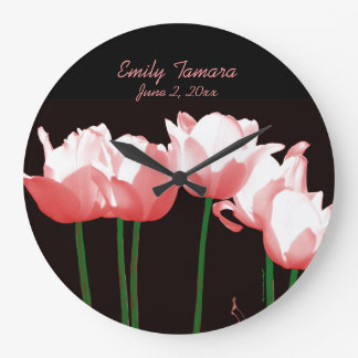 Los tulipanes rosados personalizaron el reloj de p