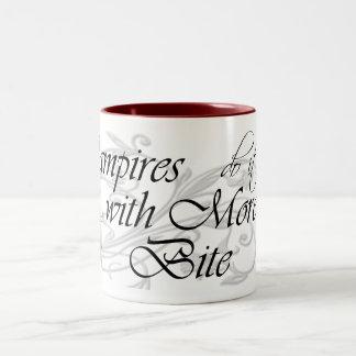 Los vampiros lo hacen con más mordedura taza de dos tonos