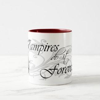 Los vampiros lo hacen para siempre taza de dos tonos