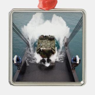 Los vehículos del asalto de carros anfibios adorno navideño cuadrado de metal