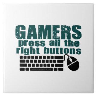 Los videojugadores presionan los botones derechos azulejo cuadrado grande