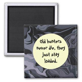 Los viejos cazadores nunca mueren humor imán cuadrado