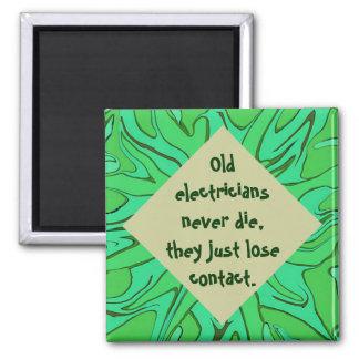 Los viejos electricistas nunca mueren humor imán cuadrado