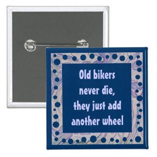 Los viejos motoristas añaden una tercera rueda pin cuadrado
