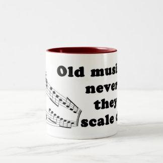 Los viejos músicos nunca mueren taza de café de dos colores