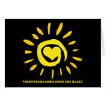 Los voluntarios brillan del corazón encienden para tarjeta pequeña