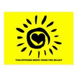 Los voluntarios brillan del corazón encienden para postal