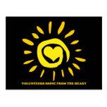 Los voluntarios brillan del corazón encienden para postales