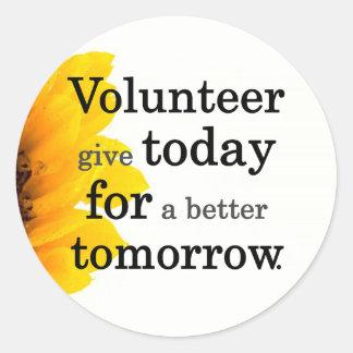 Los voluntarios dan hoy para un mejor mañana pegatina redonda