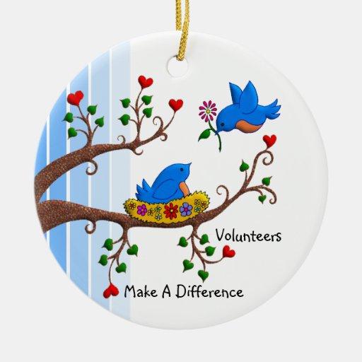 Los voluntarios diferencian ornamentos de navidad