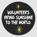 Los voluntarios traen la sol al mundo etiqueta redonda
