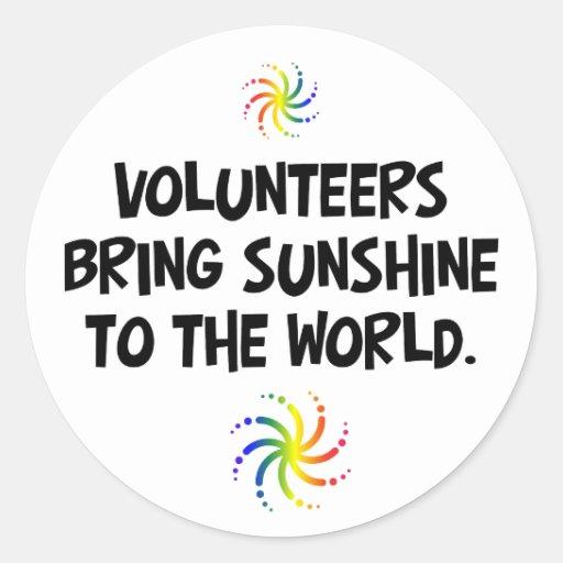 Los voluntarios traen la sol al mundo etiquetas redondas