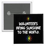 Los voluntarios traen la sol al mundo pins