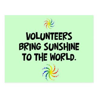 Los voluntarios traen la sol al mundo postales