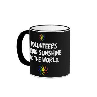 Los voluntarios traen la sol al mundo taza de dos colores
