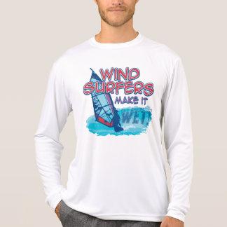 ¡Los Windsurfers lo hacen mojado! Camiseta