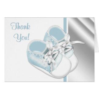 Los zapatos de bebé blancos de los azules cielos tarjeta pequeña