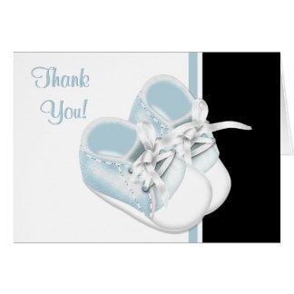 Los zapatos de bebé de azules cielos le agradecen tarjeta pequeña
