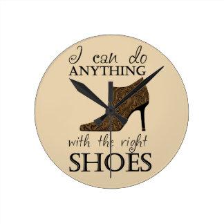 Los zapatos de la derecha reloj redondo mediano