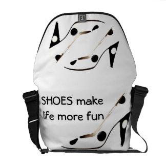 Los zapatos del tacón alto se ríen vida más bolsa de mensajeria