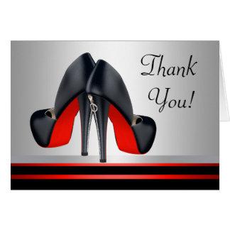 Los zapatos rojos y negros del tacón alto le tarjeta pequeña