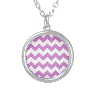 Los zigzags púrpuras elegantes zigzaguean modelo d pendientes