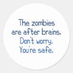 Los zombis están después de cerebros pegatinas redondas