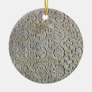 Losa bizantina con la decoración cruciforme, adorno navideño redondo de cerámica