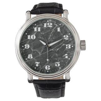 Losa de mármol negra con números reloj de mano