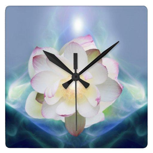 Loto blanco en cristal azul reloj cuadrado
