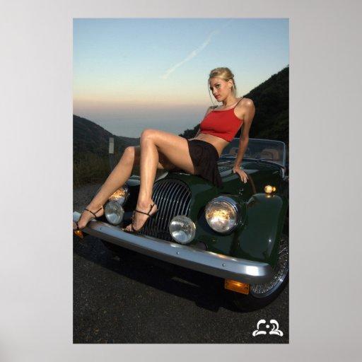 Lotti B que se sienta en el poster del coche