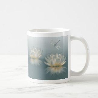 Lotus y taza blanca básica de la libélula
