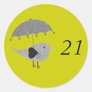 Lovebird lindo con el paraguas pegatina redonda