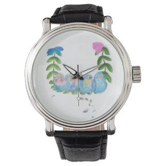 Lovebirds azules divertidos con el reloj de las