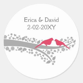 lovebirds banales del rosa del árbol que casan a pegatinas redondas