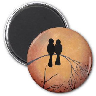 Lovebirds de la puesta del sol imán redondo 5 cm
